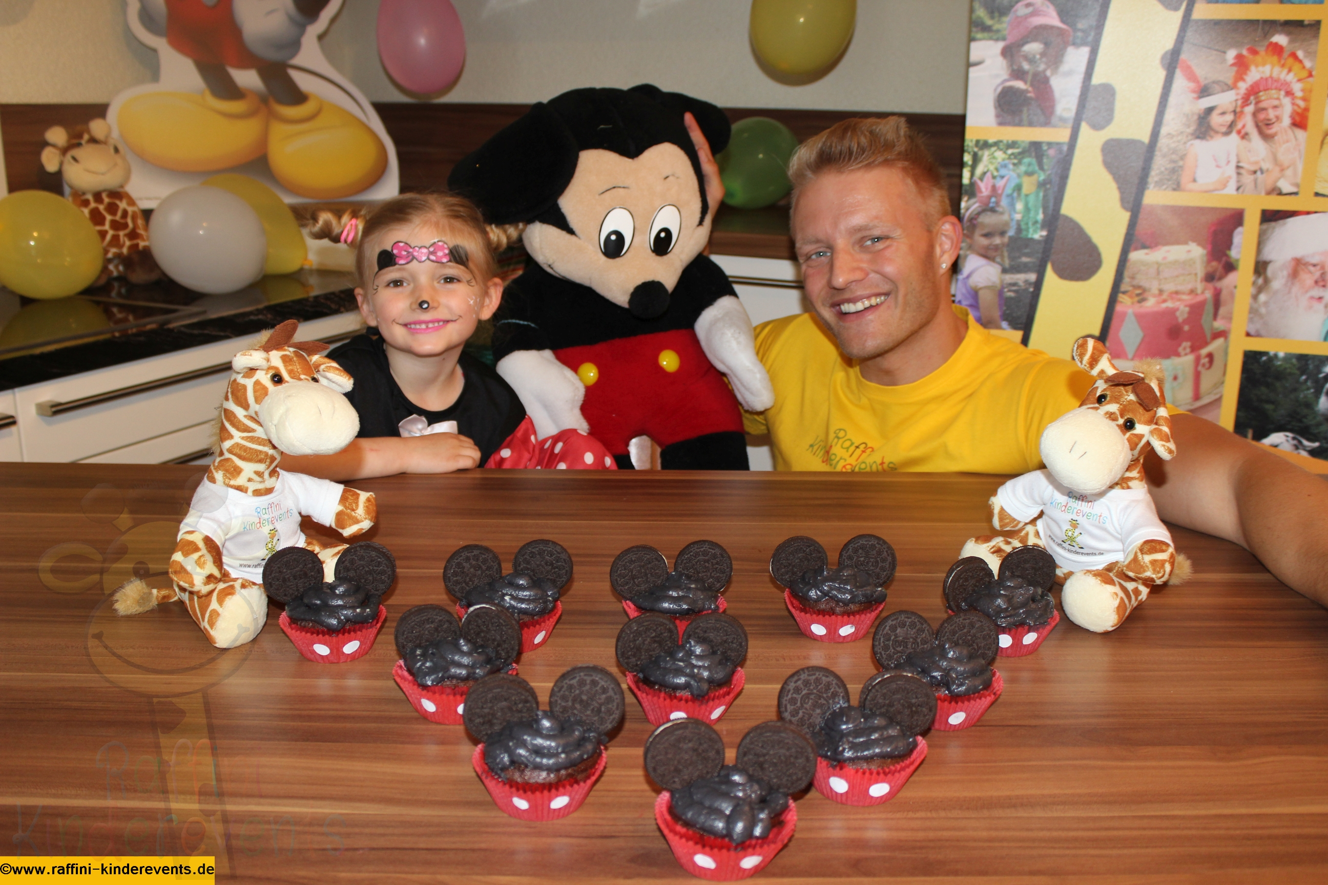 mickey mouse muffins cupcakes fuer kinderparty rezept. Black Bedroom Furniture Sets. Home Design Ideas