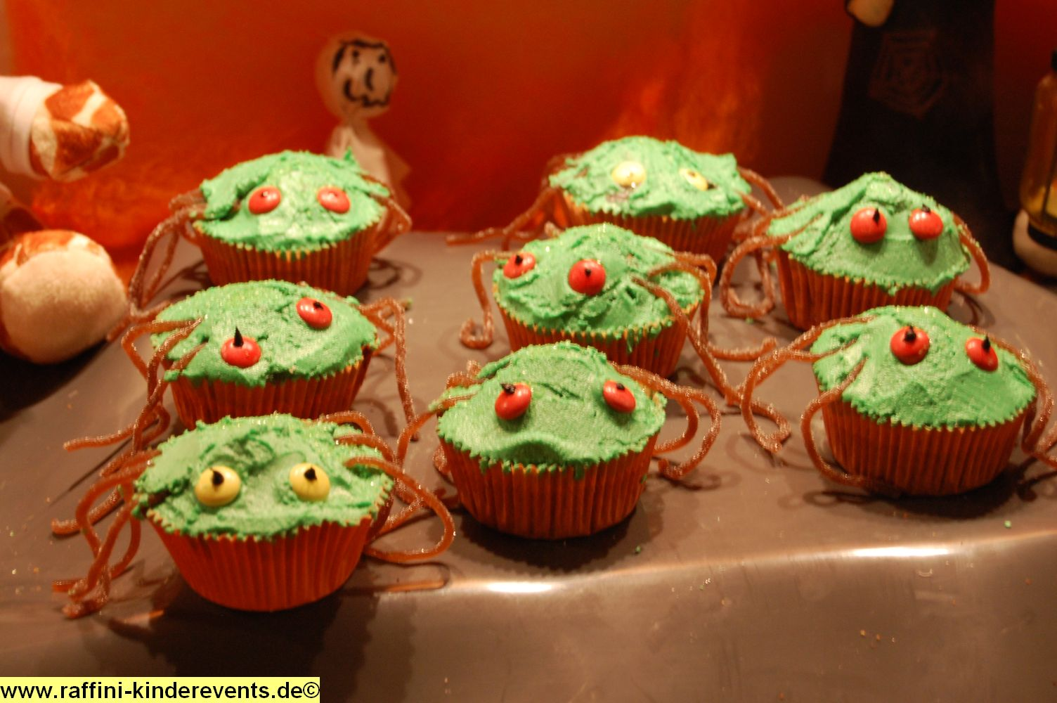 rezept halloween spinnen muffins backen mit kindern raffini kinderevents. Black Bedroom Furniture Sets. Home Design Ideas