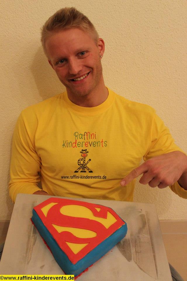 superman kuchen backen f r superhelden kindergeburtstag raffini kinderevents. Black Bedroom Furniture Sets. Home Design Ideas